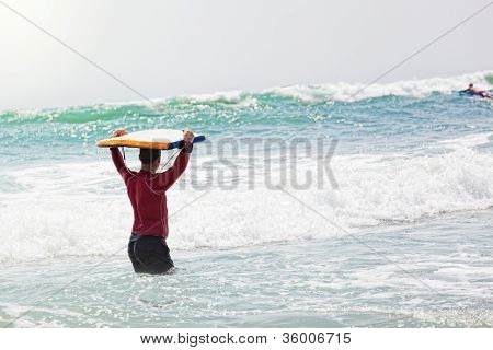 male athlete goes to go for a drive on surf