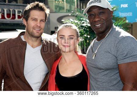 LOS ANGELES - JAN 9:  Geoff Stults, Maddie Hasson, Michael Clarke Duncan at the