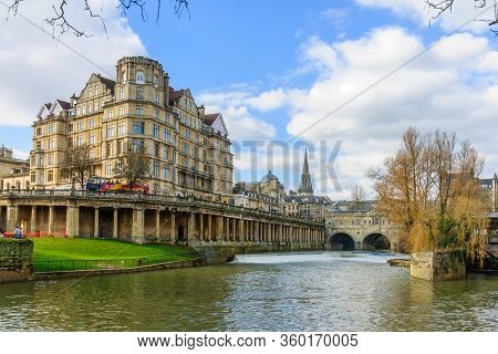 Bath, Uk - February 17, 2013: Scene Of The Avon River And The Historic Pulteney Bridge, With Locals