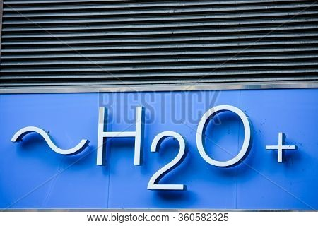 San Francisco, Usa - Sept 20, 2010: Signboard On Entrance To An H2o Plus Retail Store Offering Skin