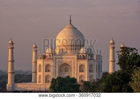 View Of Taj Mahal At Sunset In Agra, Uttar Pradesh, India. It Was Build In 1632 By Emperor Shah Jaha