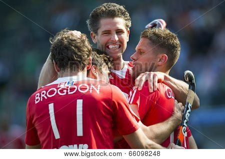 THE HAGUE, NETHERLANDS - JUNE 2: English field hockey players celebrate after Simon Mantell scores the winning goal against India (2-1) at the Rabobank World Cup Hockey tournament