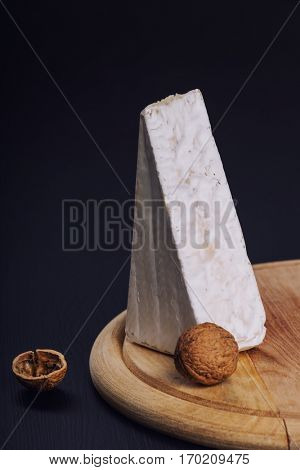 Aromatic brie cheese with walntus