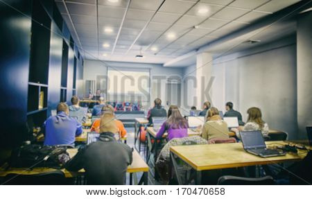 Many students are studing in the classroom