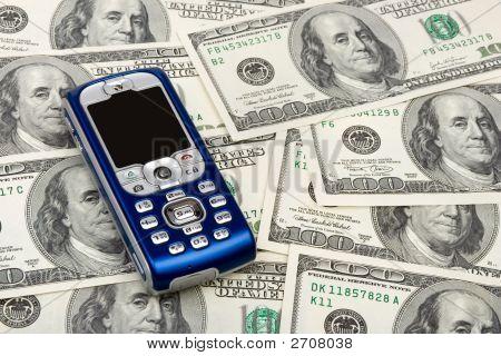 Handy auf Geld-Hintergrund