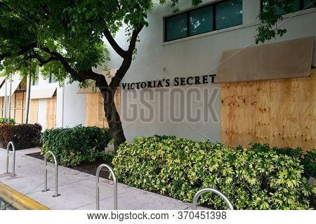 Miami Beach, Fl, Usa - June 7, 2020: Victorias Secret In Miami Beach Try To Protect Storefronts From
