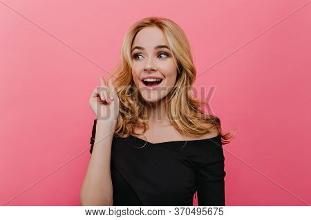 Winsome Fair-haired Woman Posing In Studio With Surprised Smile. Indoor Photo Of White Interested Gi