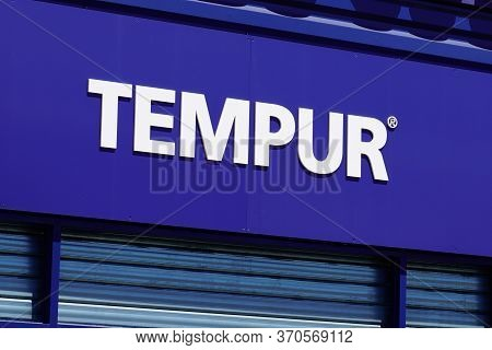 Bordeaux , Aquitaine / France - 06 06 2020 : Tempur Logo Sign In Storefront Of Manufacturer And Dist