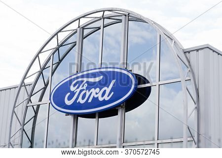 Bordeaux , Aquitaine / France - 06 06 2020 : Ford Logo Store Sign On Entrance Of Dealership Service