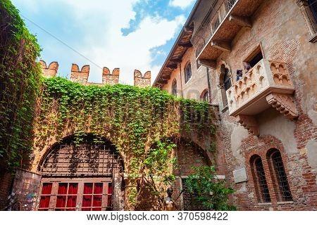 Verona, Italy - April 16, 2019: Juliets Statue And House Is A Very Popular Landmark In Verona, Venet