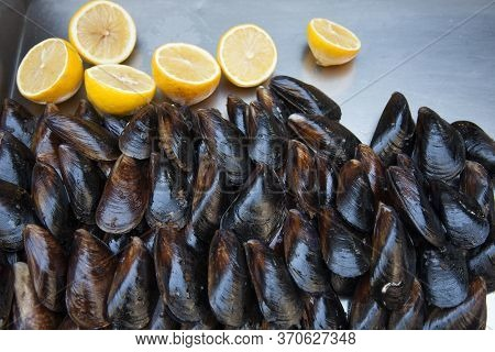 Street Trade. Tray With Mussels And Lemons. Stuffed Mussels. Fast Food. Street Food. Junk Food