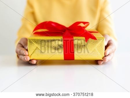 Young men hold gift boxes to give to young women, Give gifts to your loved ones on this important ho