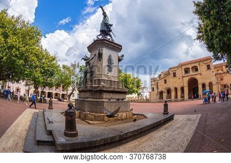 Santo Domingo, Dominican Republic-march 13, 2020: Statue Of Christopher Columbus In Parque Colon,the