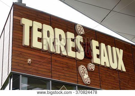 Bordeaux , Aquitaine / France - 02 21 2020 : Terres Et Eaux Logo Sign Store French Chain Of Ecologis