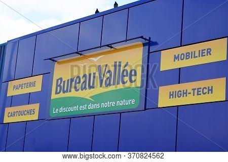 Bordeaux , Aquitaine / France - 11 13 2019 : Bureau Vallee Logo Sign Store Panel For Office Supplies