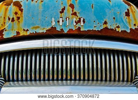 Villa Rica, Georgia / Usa - July 7, 2007: An Abstract Close Up View Of The Front Grill Of An Old Bui
