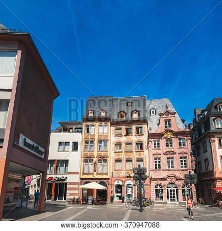 Mainz, Germany - August 12, 2018: Tourist People Walking And Enjoying Views Of Market Square Mainz O