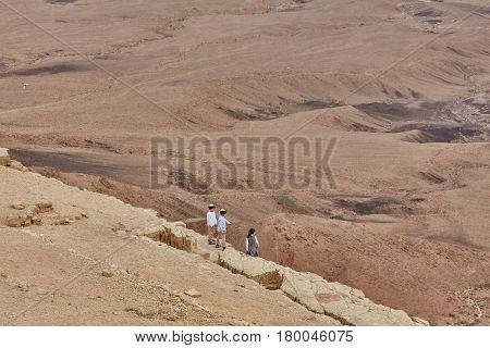 Mitzpe Ramon, 02 December 2016: Children On A Cliff, Negev Desert, Israel