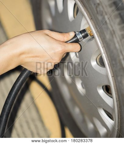 Fill air into the tire / to inflate a tire