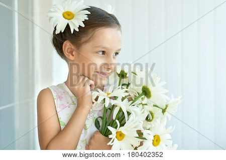 Portrait of  Beautiful little girl with dasies flowers