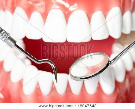 gesunde Zähne und ein Zahnarzt Mundspiegel
