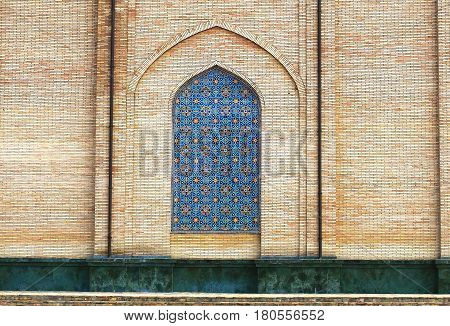 Decorative lancet arch with Persian painting in the Central Asian ancient building