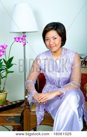Mulher jovem Malaio em laço roxo kebaya vestido e saia longa, uma roupa tradicional com um moderno t