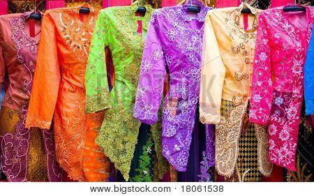 Bela 'Kebaya ' em todos os tipos de cores bonitas desligou para venda. ' Kebaya ' é uma tradição