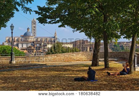 Quiet spot at the Medici Fortress with a beautiful view of the Duomo - Students, 23 September 2011, Siena, Italy