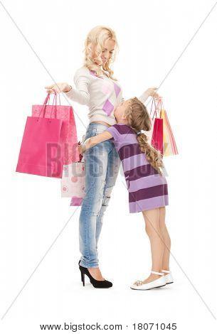 imagen brillante de la feliz madre y niña con bolsas