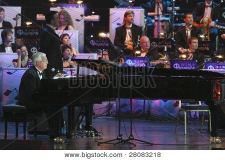 MOSCOW - APRIL 18:  Kompozitor Raimonds Pauls at recital kompozitor Raimonds Pauls and poet Ilya Reznik
