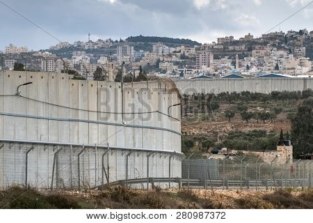 Separation wall between Israel and West Bank