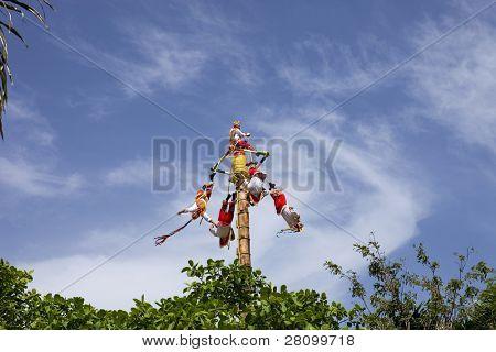 TULUM, México - 10 de agosto: Danza de Los Voladores los totonacas, realizar el ritual ancestral en el 1 de agosto