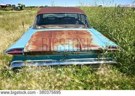 Barnesville, Minnesota, July 21, 2020:  The Old Junker Car Is An Oldsmobile, A Brand Of American Aut