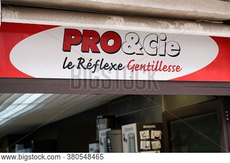 Bordeaux , Aquitaine / France - 08 04 2020 : Pro & Cie Text Sign And Logo On Store Chain Brand Profe