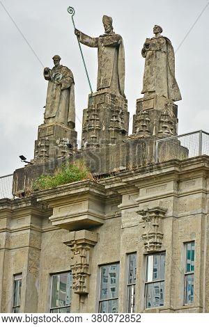 Manila, Ph - June 2 - University Of Santo Tomas Main Building Facade Church Leaders Statue On June 2