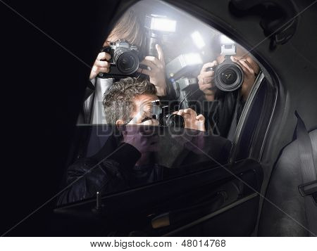 Paparazzi fotografieren durch Autofenster