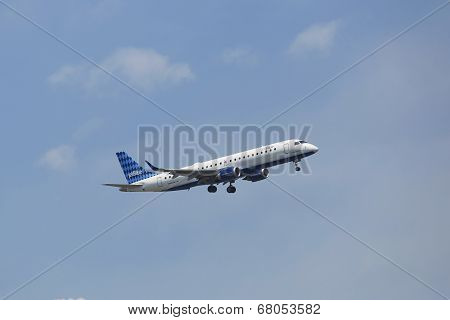 JetBlue Embraer 190 in New York sky before landing at JFK Airport