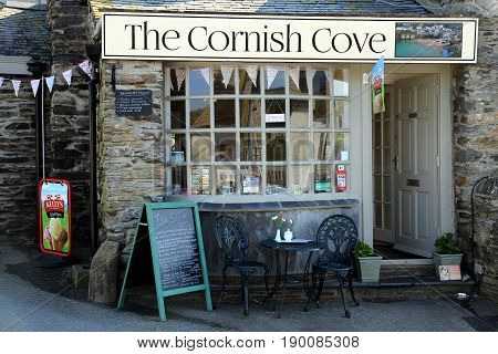 Port Isaac, Cornwall, Uk - April 8Th 2017: The Traditional Cornish Cove Cafe, Ice Cream Shop And Hom