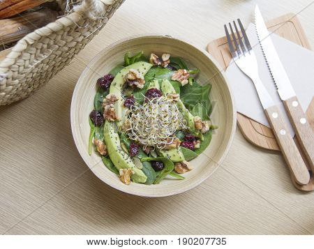 Ensalada de espinacas, aguacate y frutos secos. Salad of spinach, avocado and nuts.