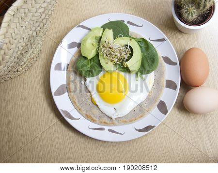 Crepe de huevo, aguacate y espinaca. Egg crepe, avocado and spinach.