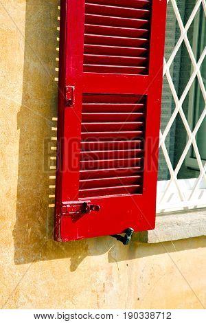 Red Window  Varano Borghi  Tent Grate