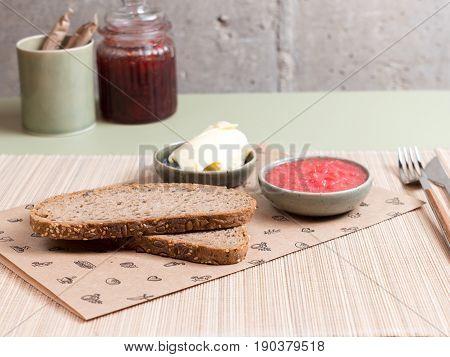 Desayuno de pan con mantequilla y mermelada. Bread breakfast with butter and jam.