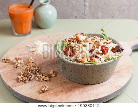 Ensalada de espinacas y frutos secos. Salad of spinach and nuts.