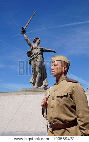 Fighter of Red Army in the form of times of World War II with the machine gun at a historical monument