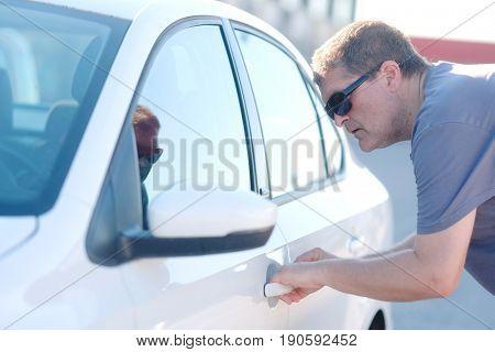 Car thief tries to open a car