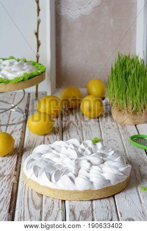 Tartlet of shortcake with lemon cream and Swiss meringue