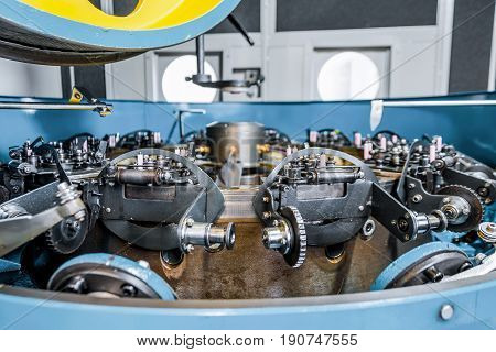 Rotating mechanism of a vertical braiding machine. Equipment for braiding flexible steel braiding.
