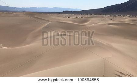 Este es el desierto de arena en el valle de la muerte, California