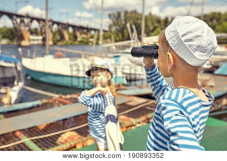 Children on the pier play sailors .